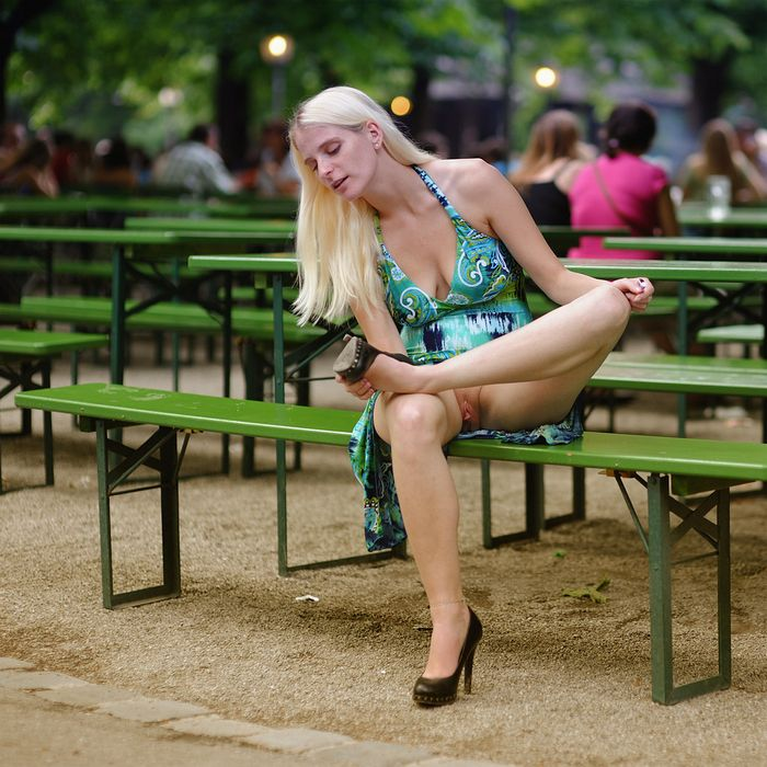 6 Эротика на улице с девками без трусиков