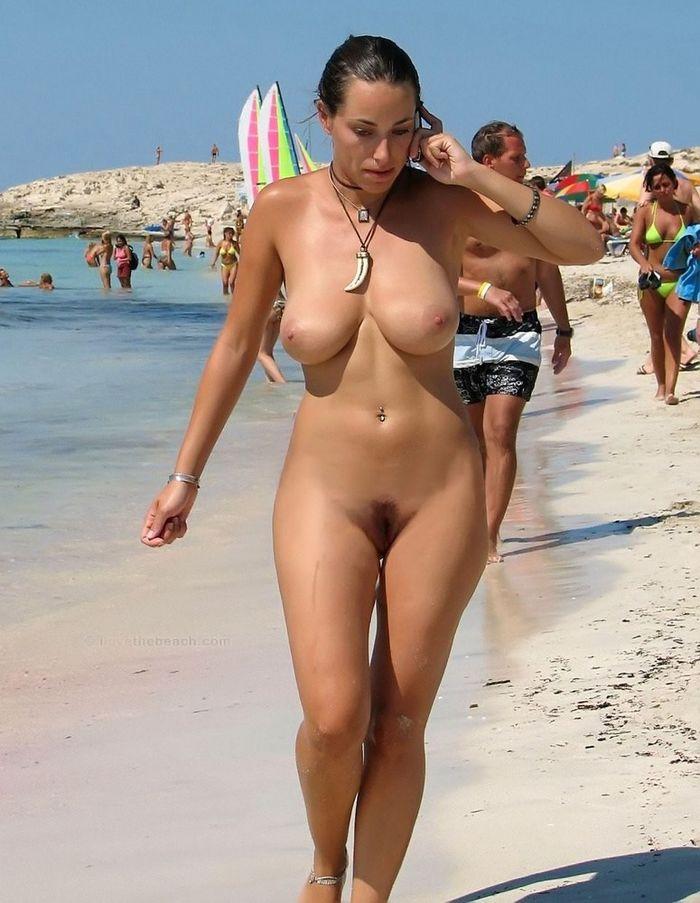 Симпатичные нудисточки отлично проводят время на пляже