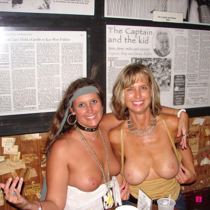 Бухие в стельку голые девчонки веселятся в неприличном виде