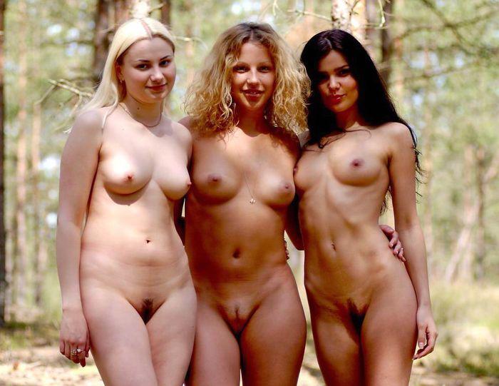 Три красивые голые подружки эротично расслабляются на природе после трудовы