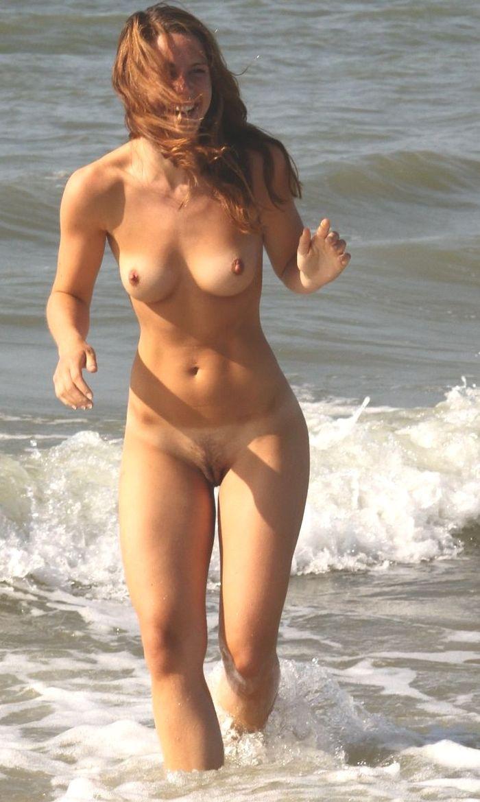 Прелестные голые нимфы на берегу моря