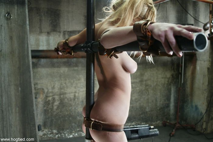 2 Связанные рабыни ждут чтобы их высекли
