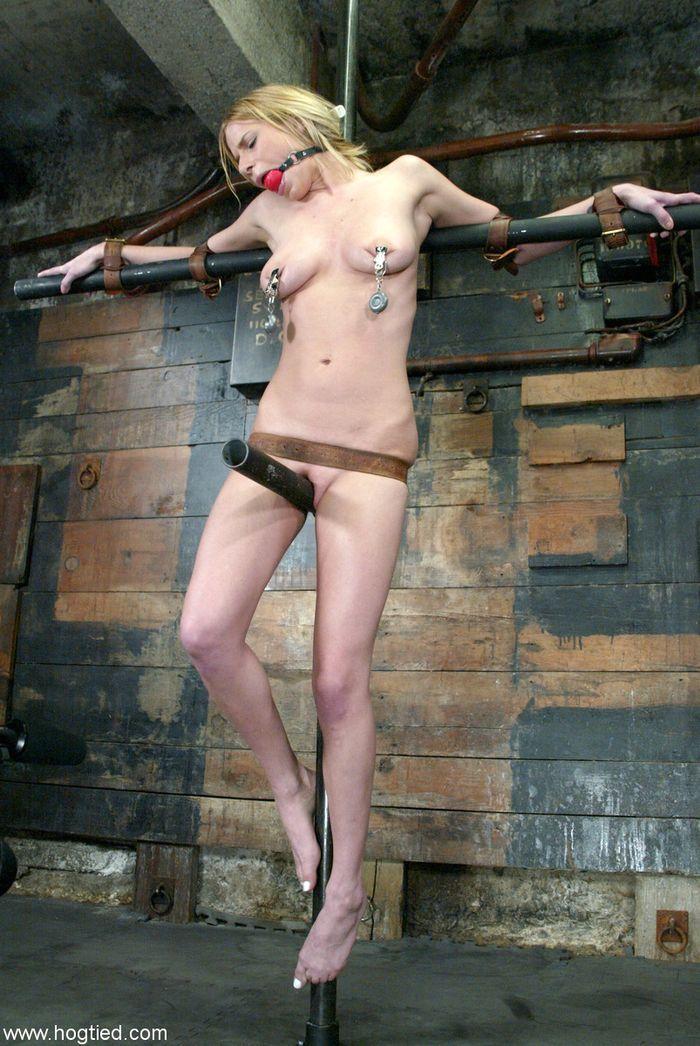 Связанные рабыни ждут чтобы их высекли