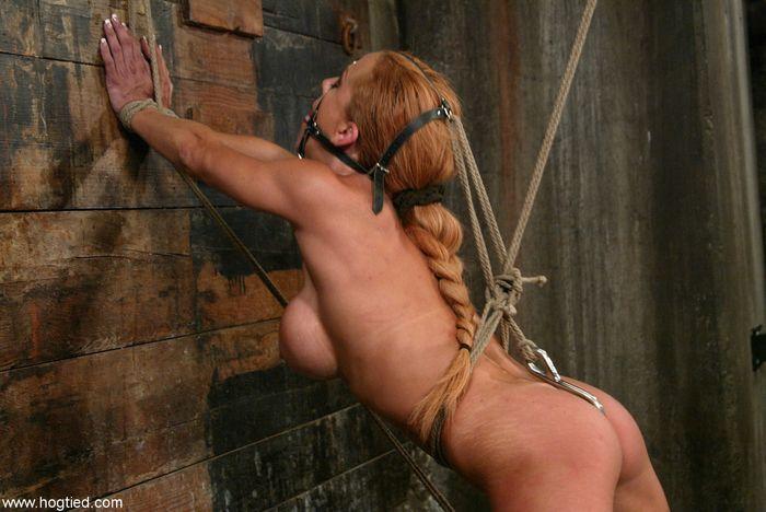 9 Связанные рабыни ждут чтобы их высекли