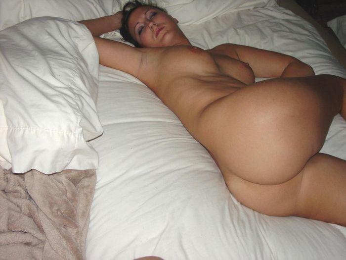 Голые пьяные бабы отдыхают после застолья