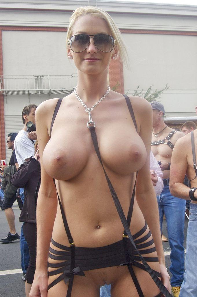 19 Девки голые онлайн показывают что у них под юбками