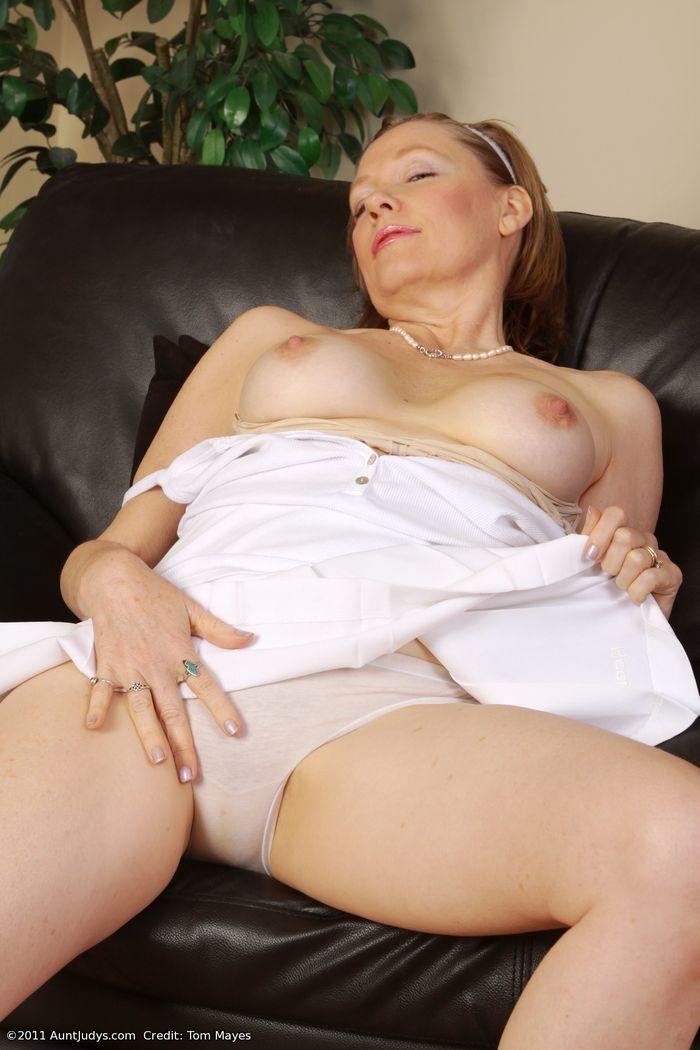 Голые зрелые женщины в разных сексуальных позах