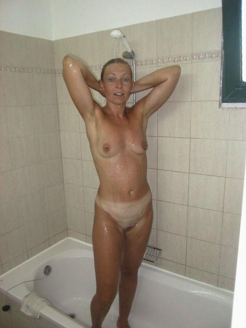 15 Горячие девки плещутся в ванной
