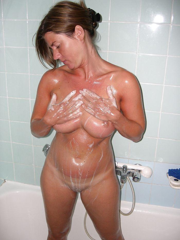 18 Горячие девки плещутся в ванной