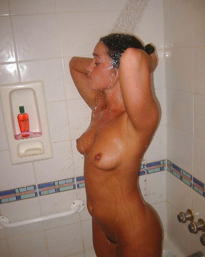 3 Горячие девки плещутся в ванной