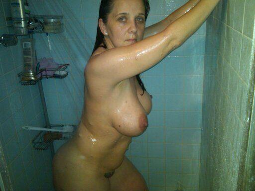 8 Горячие девки плещутся в ванной