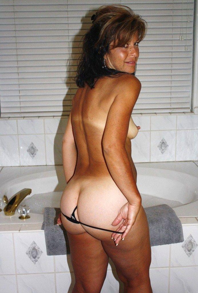 16 Возбужденные мокрые девки просят взять их прямо в ванной