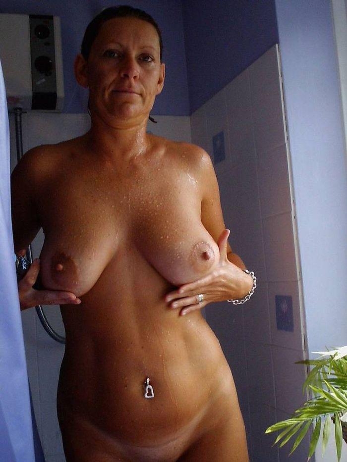 7 Возбужденные мокрые девки просят взять их прямо в ванной