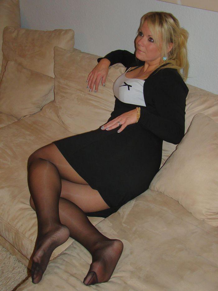 Голые киски под юбкой  без трусов в режиме онлайн