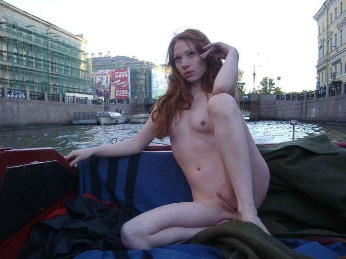 Фото на котором девки показывают свои голые сиськи