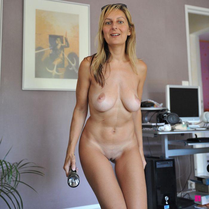 голая жена ходит по дому фото