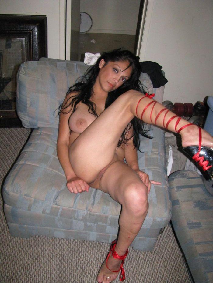Домашние сексуальные телки демонстрируют свои тела