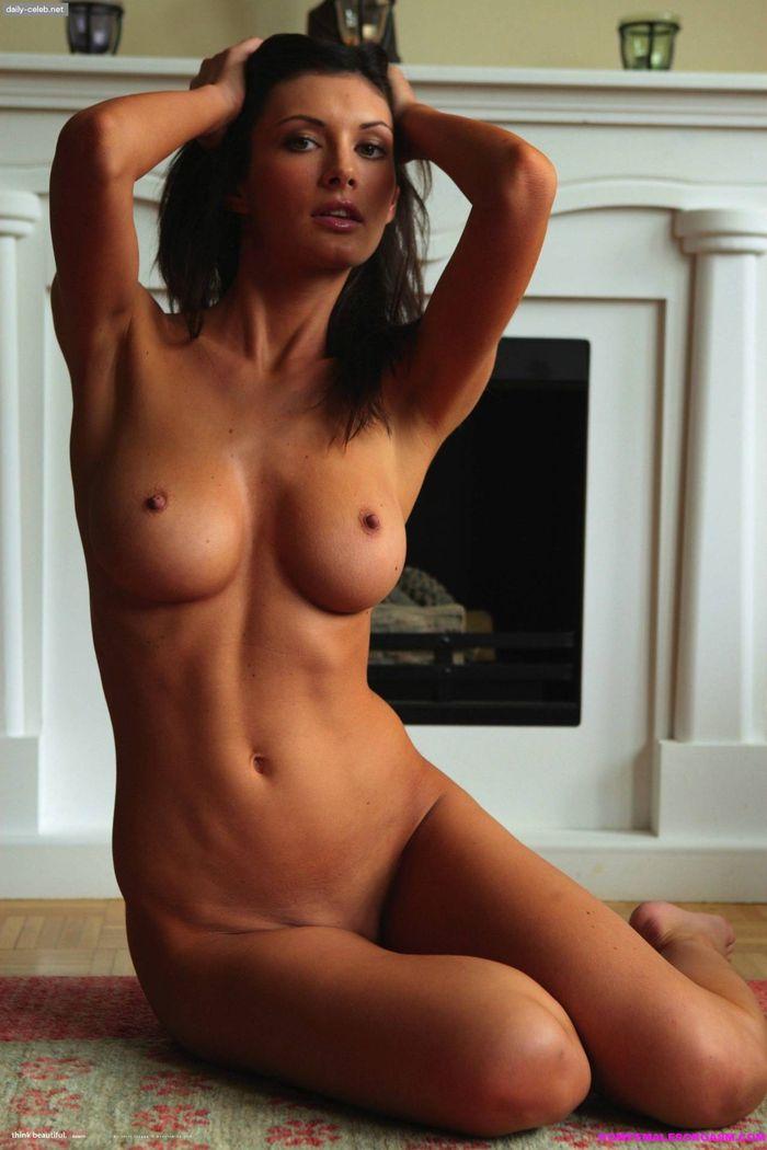 2 Красивые и мега сексуальные девушки брюнетки раздеваются перед камерой!