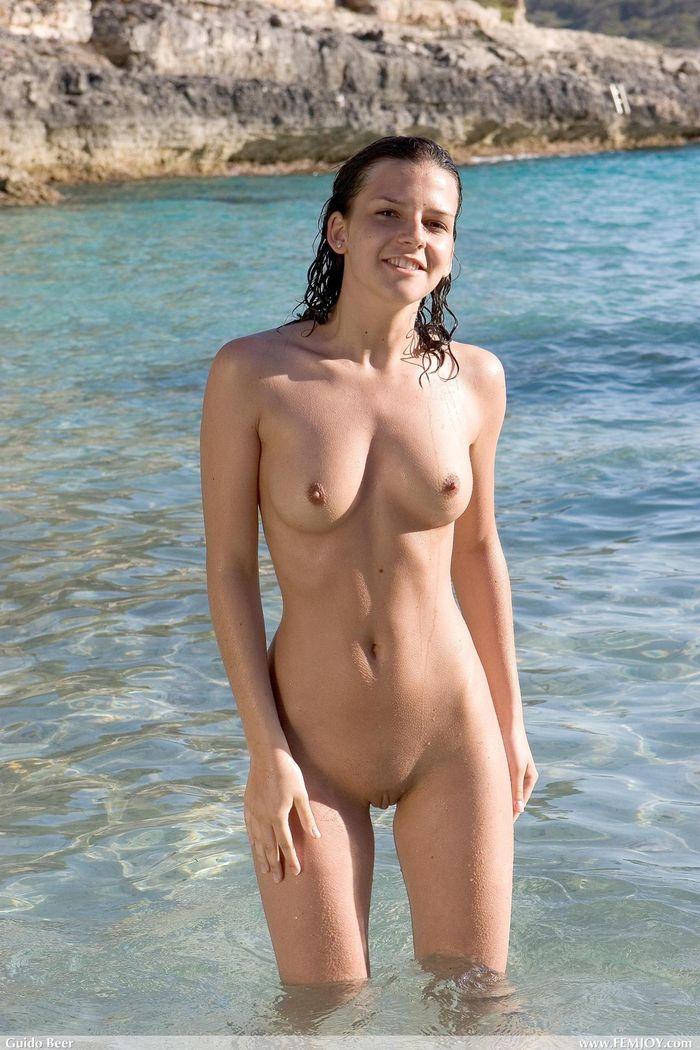12 Нудистки фото   самые красивые девчонки на диком пляже!