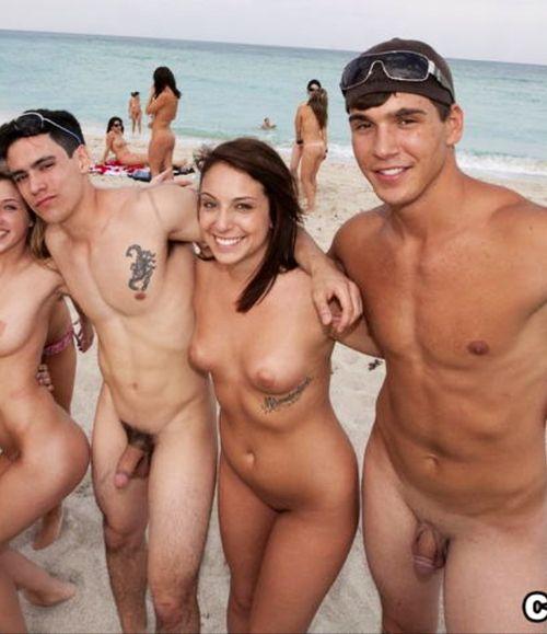 Нудисточки загорают на песочке голышом