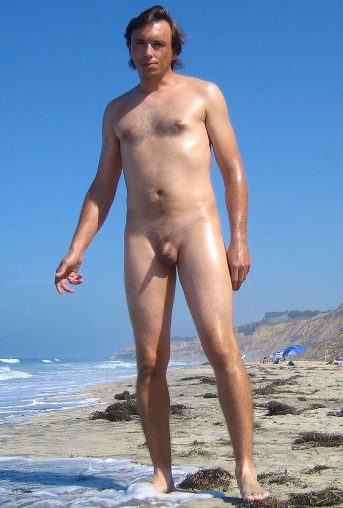 Отличные фото голых на пляже расскажет о досуге натуристов