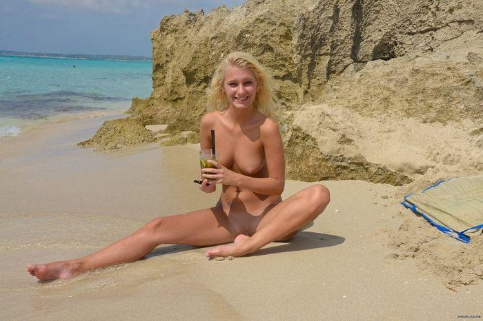 7 Фото красивых нудисток на пляже понравится всем!