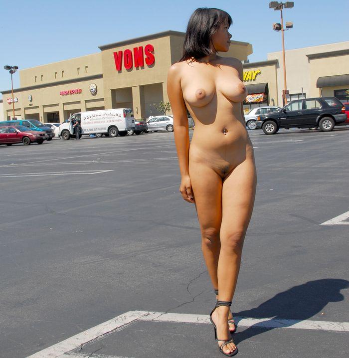 Красавицы любят показаться на улице голышом перед всеми