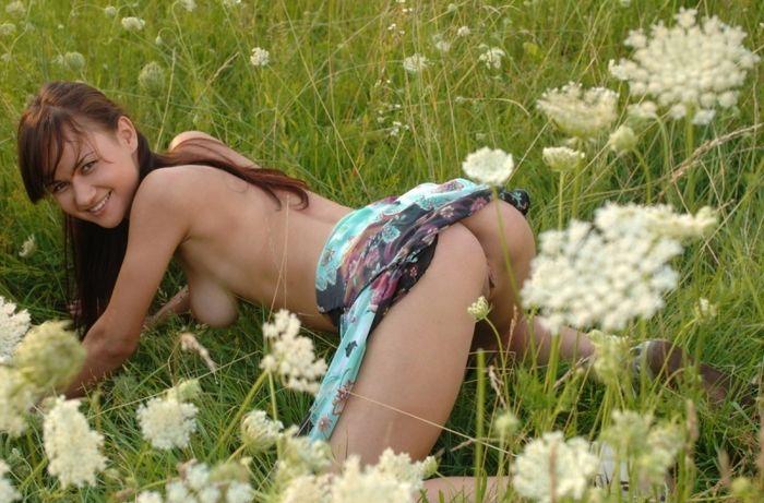 1216 Очень классные попки молоденьких сучек на природе