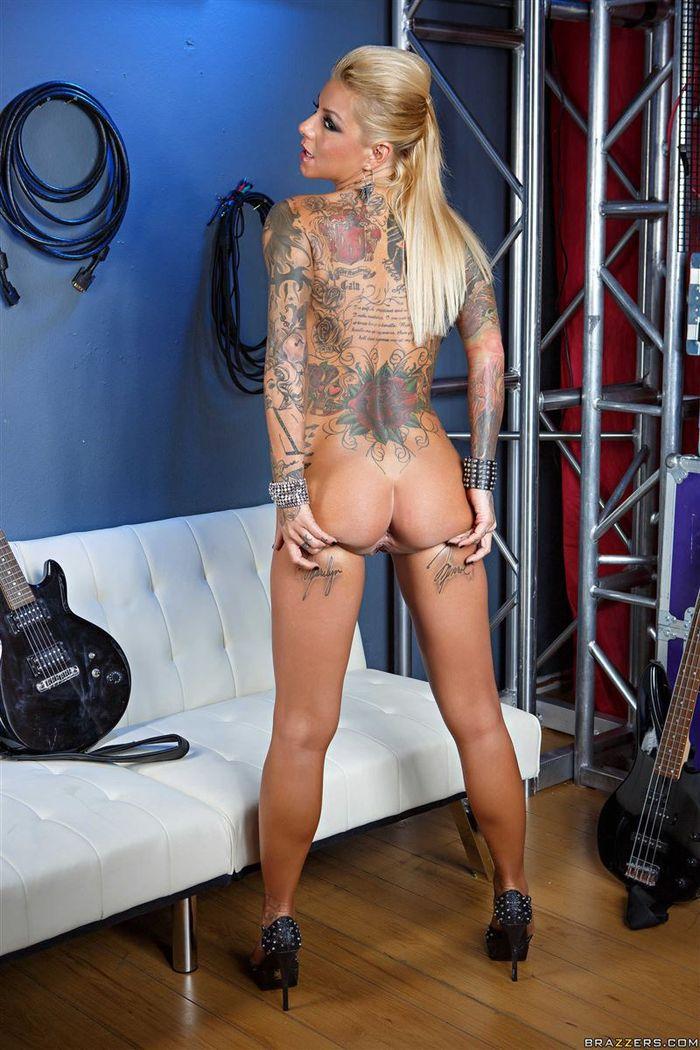 Татуированная красотка Britney Shannon снова в центре внимания