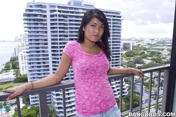 2211 Азиаточка Alexis Glory с удовольствием раздвинет свои ножки