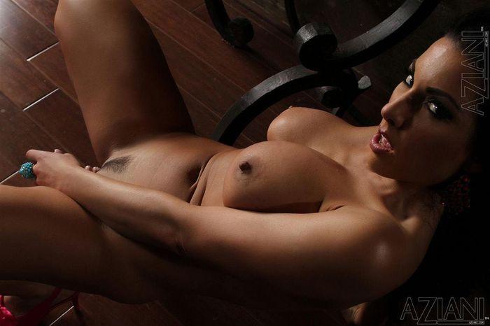 Жгучая брюнеточка Brianna Jordan и ее голодная киска