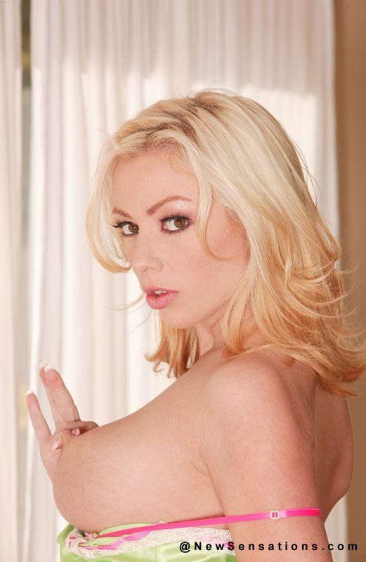 Блонда Adrianna Nicole и ее роскошное тело