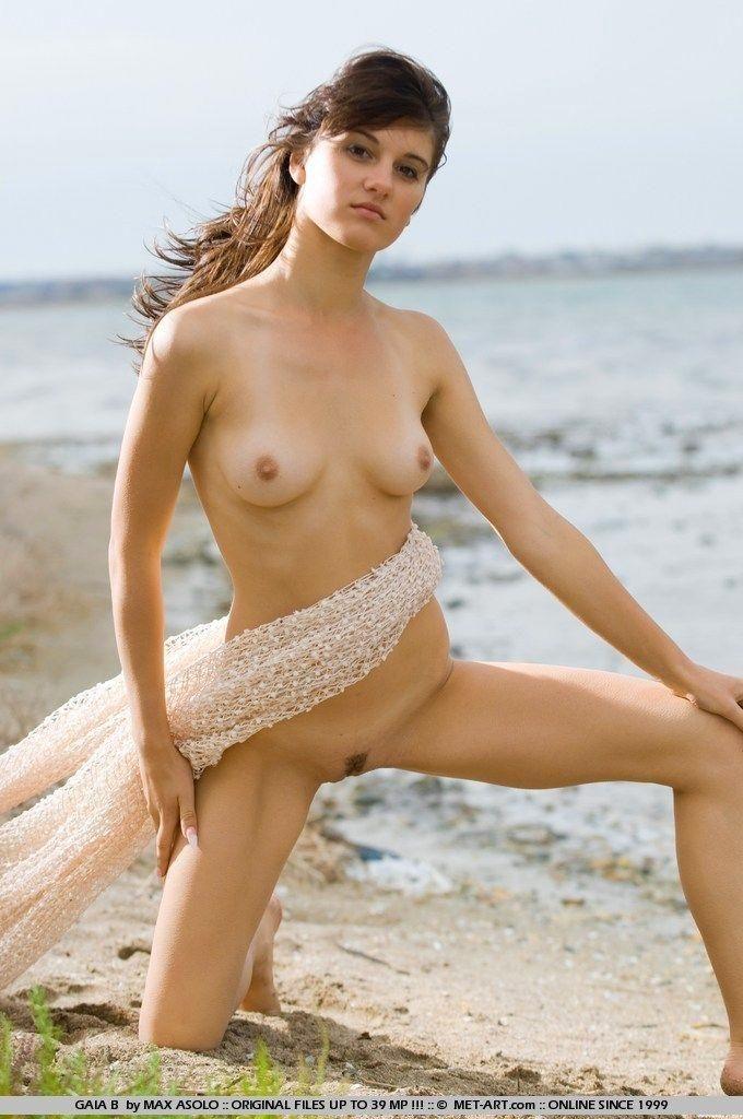 Знойная Gaia на морском берегу согласна с тобой на все