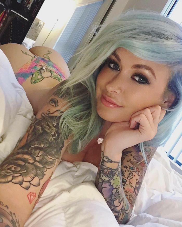 Голые татуированные бабы показали себя