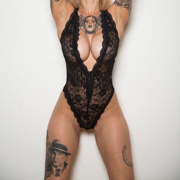 142 Голые татуированные бабы показали себя