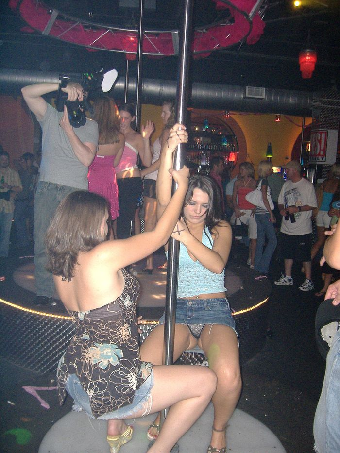 Пьяные голые девки отжигают