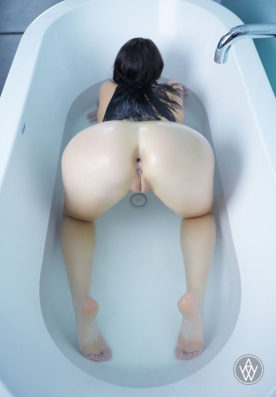1019 Голая брюнетка в ванной