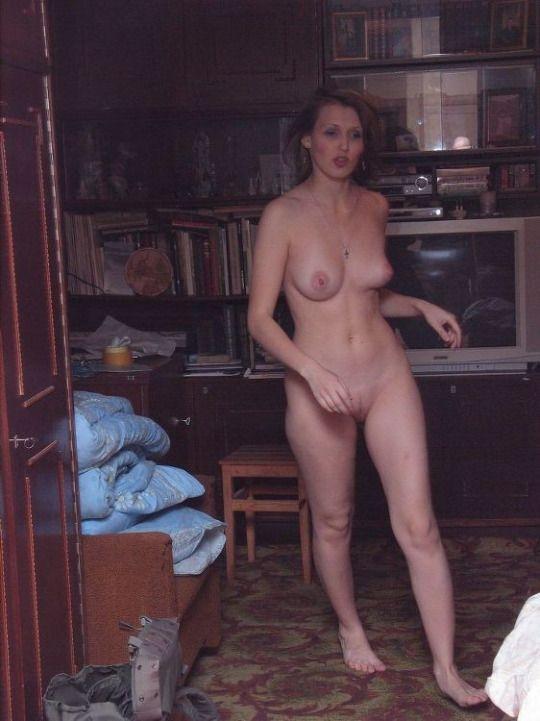 1510 Голая русская женщина за домашними делами