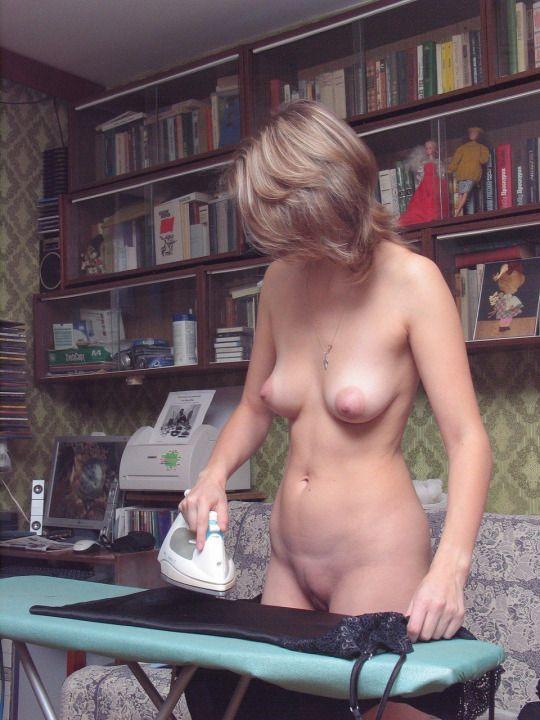 Голая русская женщина за домашними делами