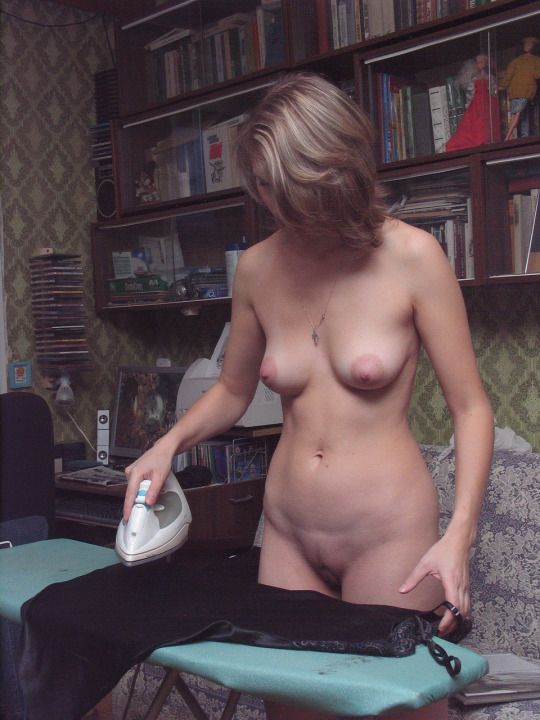 172 Голая русская женщина за домашними делами