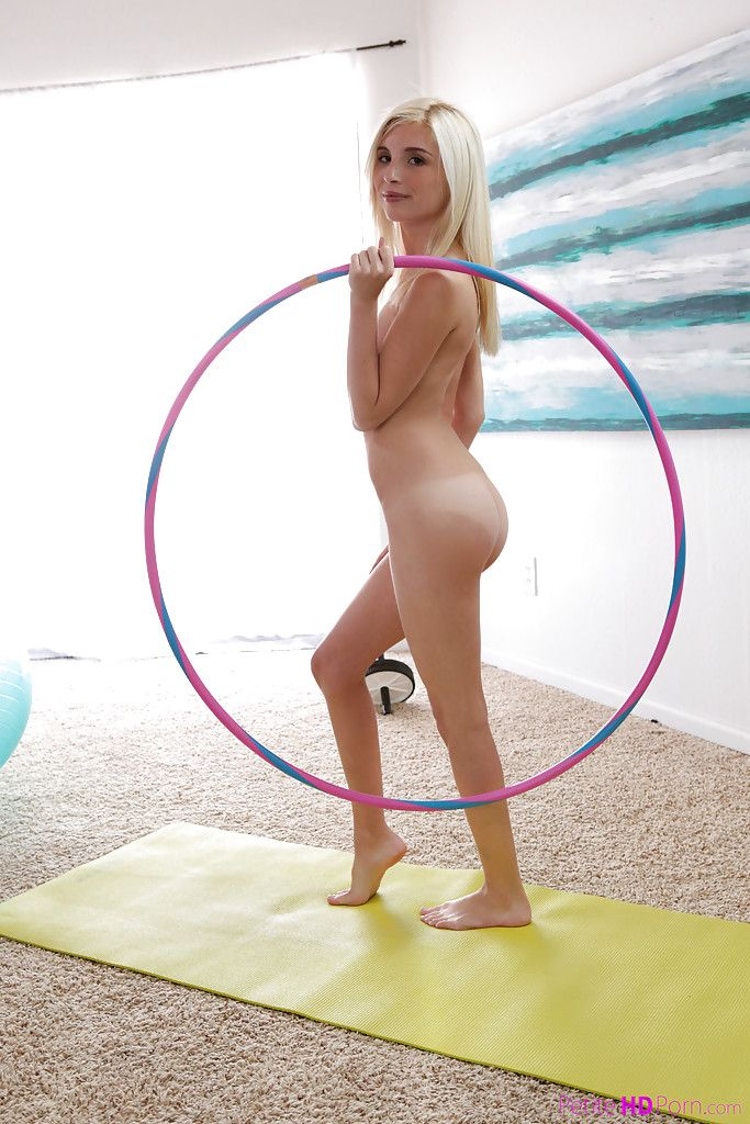 181 Голая гимнастка разминается на коврике