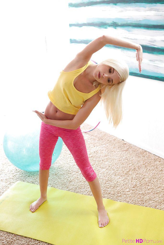 517 Голая гимнастка разминается на коврике