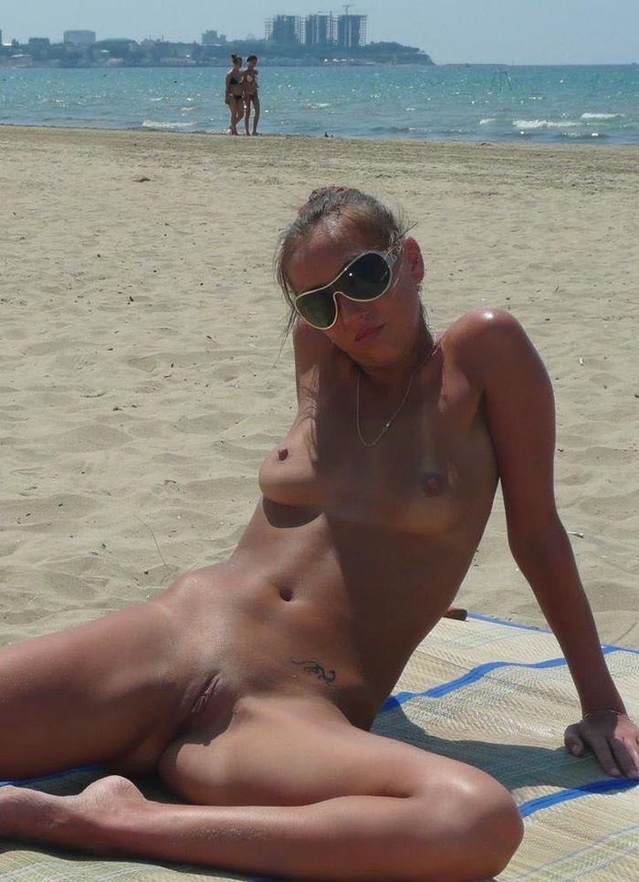Нудисты на пляже заряжаются позитивом