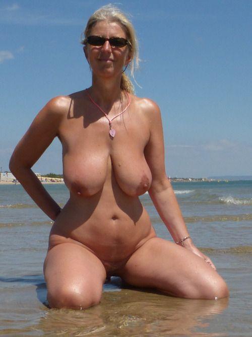 318 Нудисты на пляже заряжаются позитивом