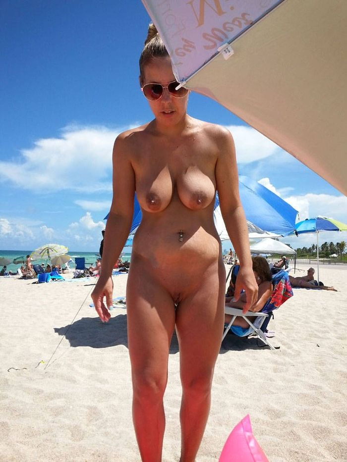 517 Нудисты на пляже заряжаются позитивом