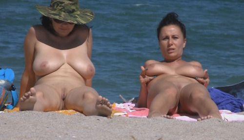 817 Нудисты на пляже заряжаются позитивом