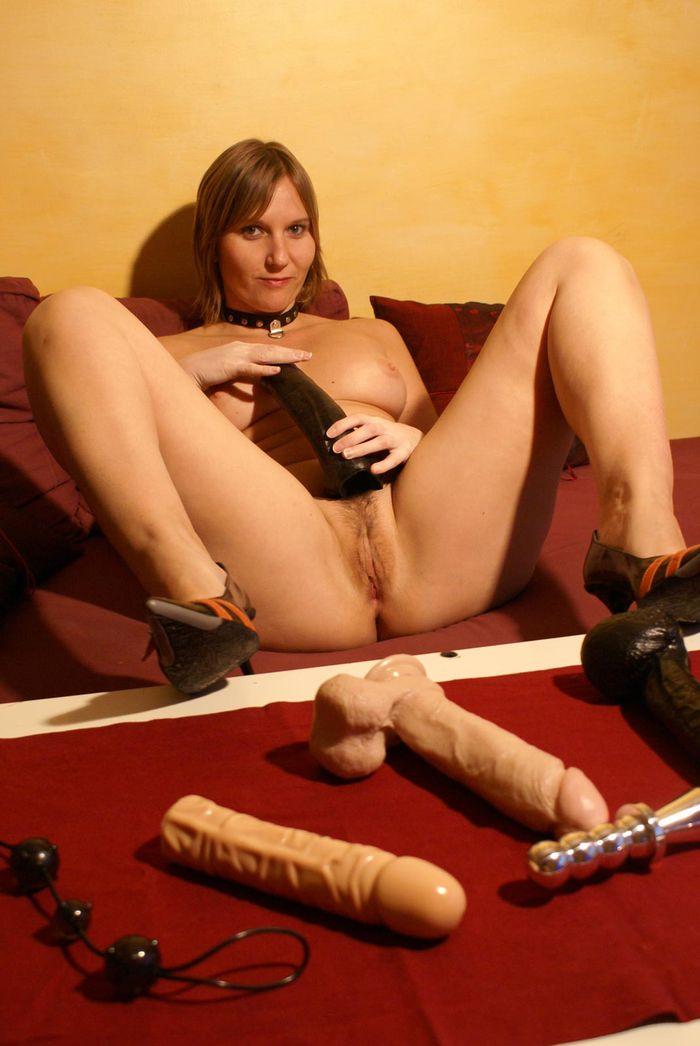 Сука жена развлекается с интимными игрушками