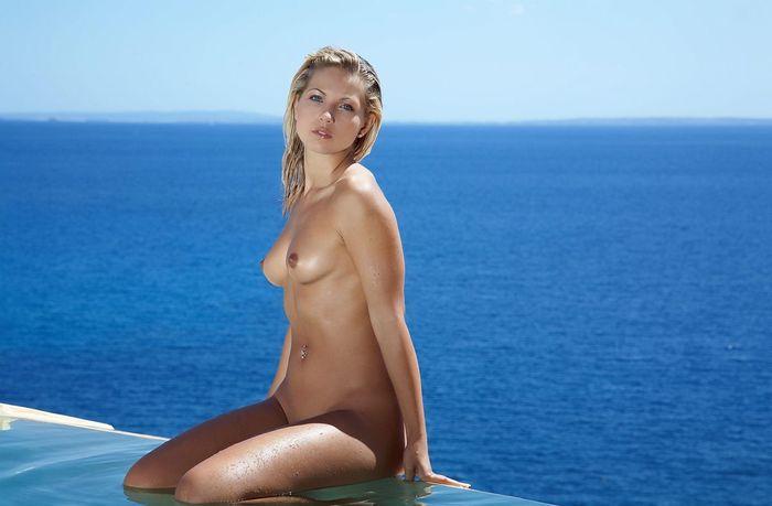 Shaved Blonde Babe Jenni Kohoutova with Nice Feet 1 1 1 11 Голая в бассейне с привлекательным клитором