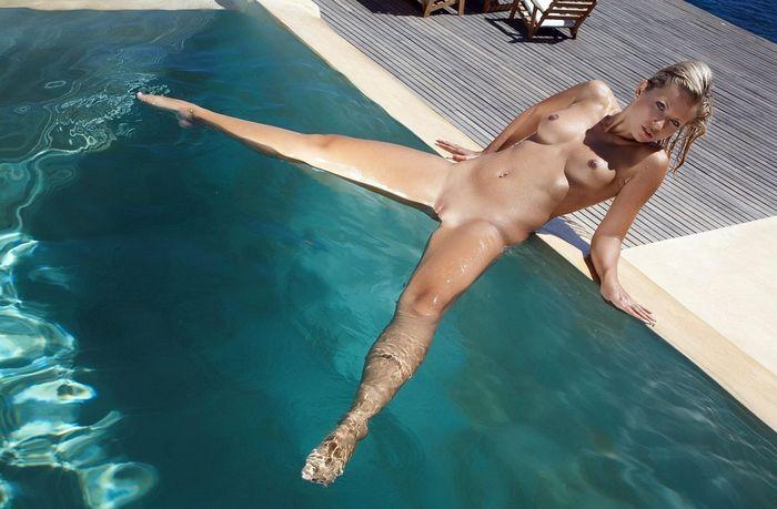 Голая в бассейне с привлекательным клитором