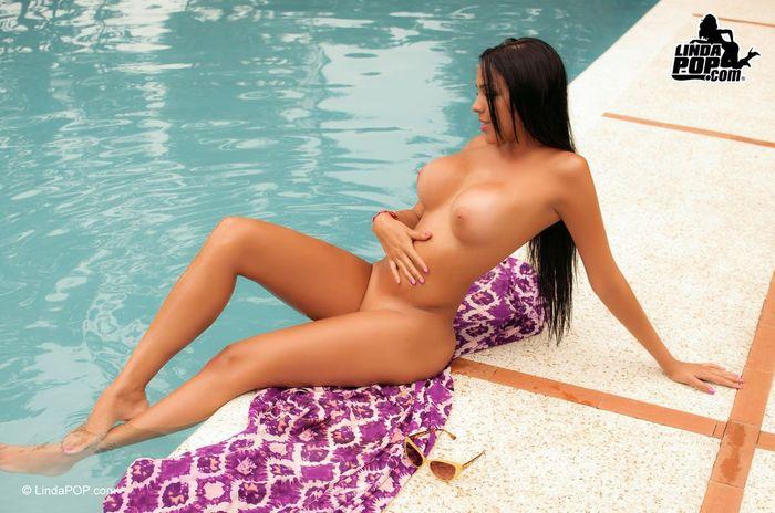 Shaved Brunette Babe Angel Rivas 3 1 1 Жгучая брюнетка обнаженная у бассейна